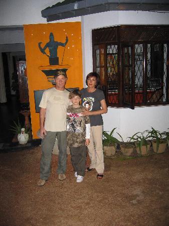Hotel Susanthas: Wir vor dem Susanthas Schild