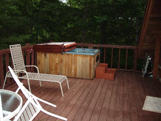 Uncle Bud's Log Cabins: the jacuzzi on the upper deck