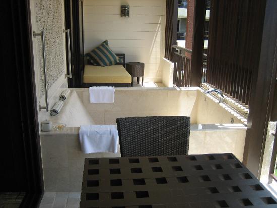 Shangri-La's Rasa Sayang Resort & Spa: The outdoor deck & bath