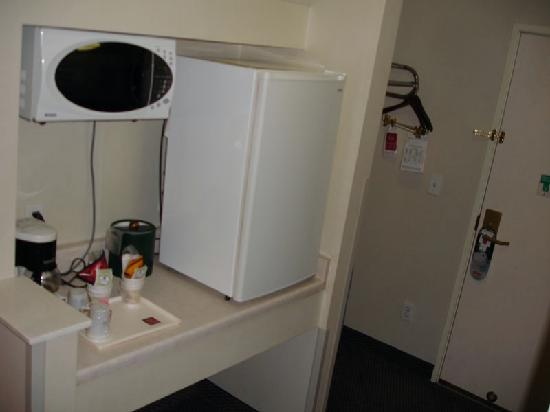 Comfort Suites Airport North : Microwave and small fridge