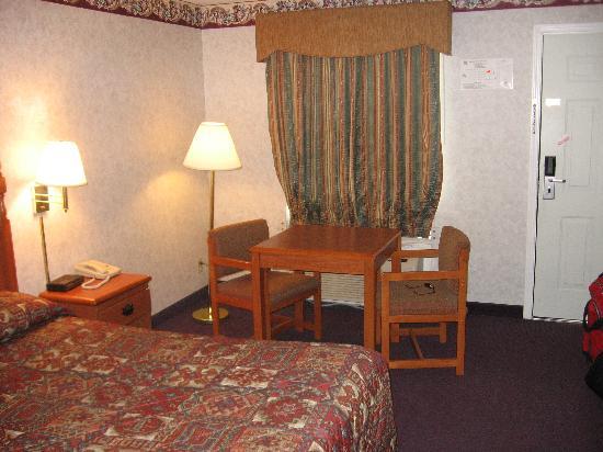 Red Carpet Inn: Room