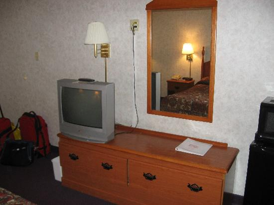 Red Carpet Inn: Dresser & TV
