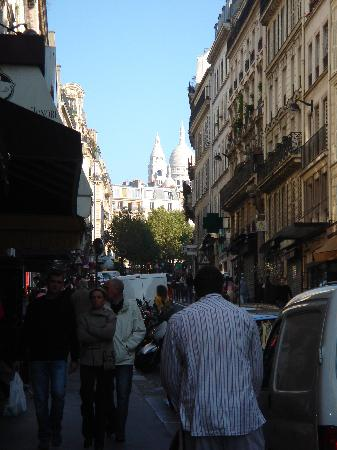 Hotel St. Georges Lafayette: Street leading up to Sacre Coeur