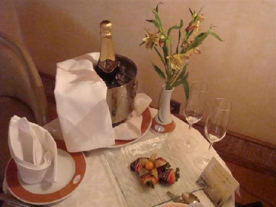 Hotel Real Palacio : Champagne on ice waits for us on arrival