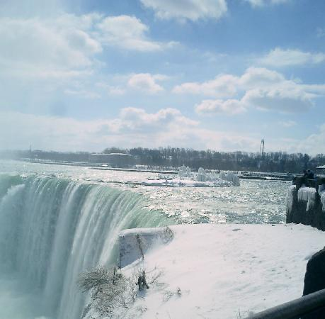 Niagara Falls: ice on the top of the falls