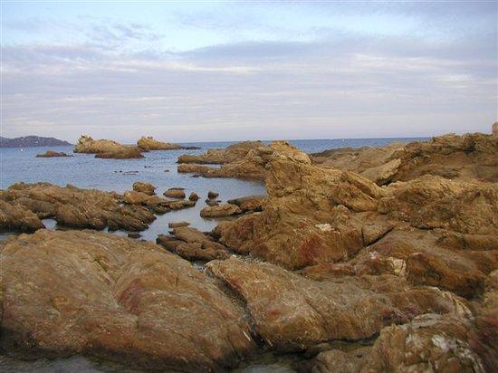 Le Lavandou, Francia: formations rocheuses le long d'une partie de la plage