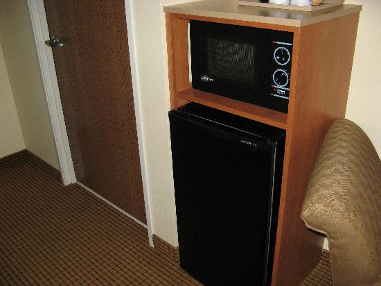 ‪كومفرت سويتس ويثفيل: Microwave and Fridge in room‬