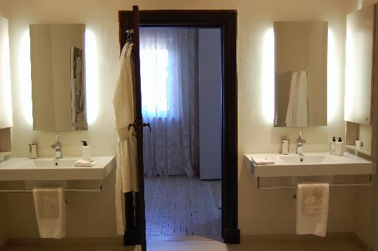 Beaumont House: Bathroom Sinks