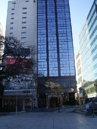 Conte Hotel: Frontis del hotel.-