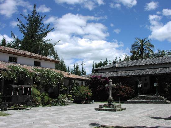 Sangolqui, الإكوادور: Stone courtyard