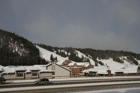 Winter Park Mountain Lodge: The ski area from the hotel(note the highway!)