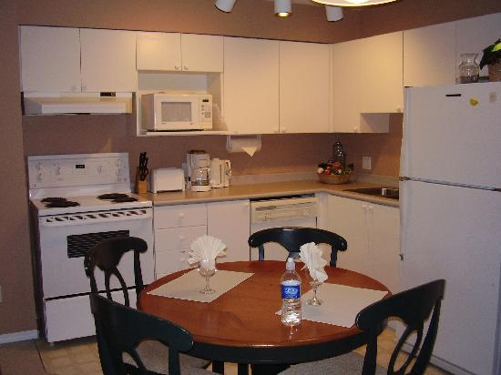 Times Square Suites Hotel : kitchen-dining