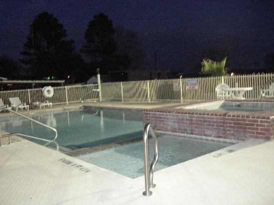 Comfort Inn & Suites: Outdoor pool & hottub