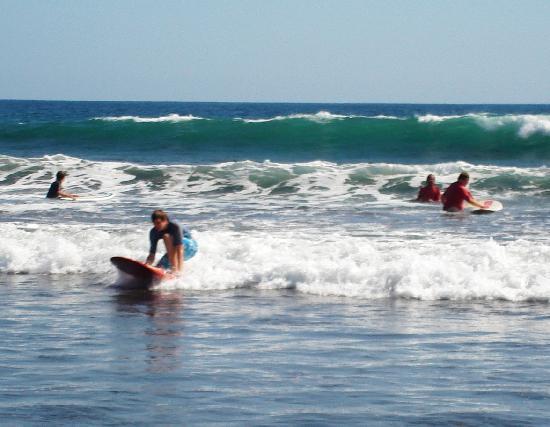 Hotel Balcon del Mar: jaco surfing in front of hotel