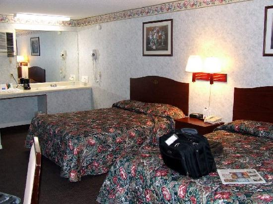 Rodeway Inn & Suites: Bedroom View 1