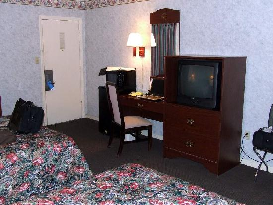 Rodeway Inn & Suites: Bedroom View 2