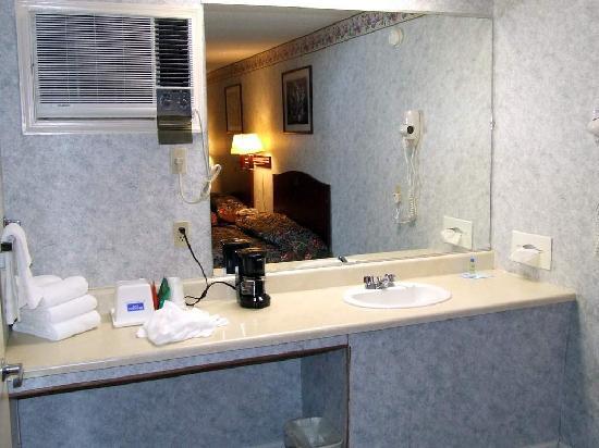 Rodeway Inn & Suites: Lavatory Area