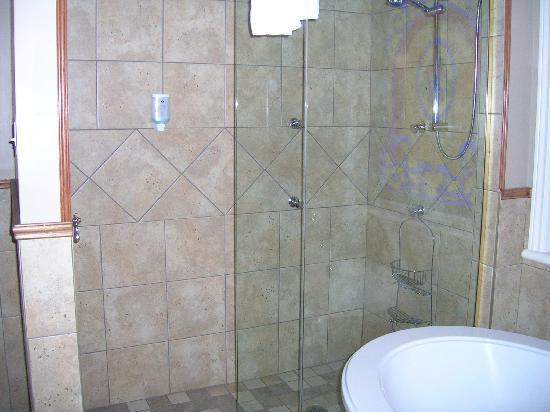 Hotel Acadia: Huge shower...