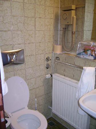 Hotel Aigner: Compact Bathroom