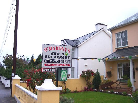 O'Mahony's Bed & Breakfast: The sign cmoing from the roundabout