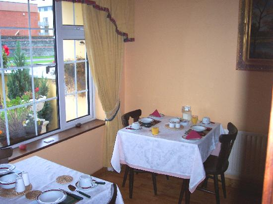O'Mahony's Bed & Breakfast: Breakfast tables