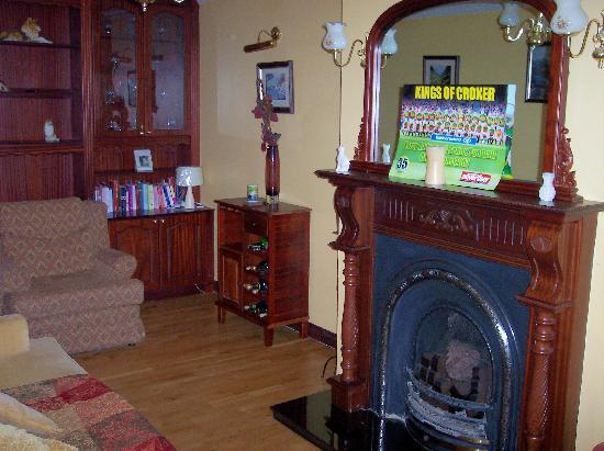 O'Mahony's Bed & Breakfast: reading room