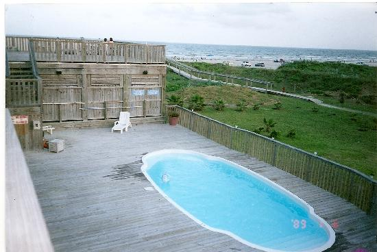 The Beach Lodge: Great Pool, with view of the ocean, outdoor shower and pool toys