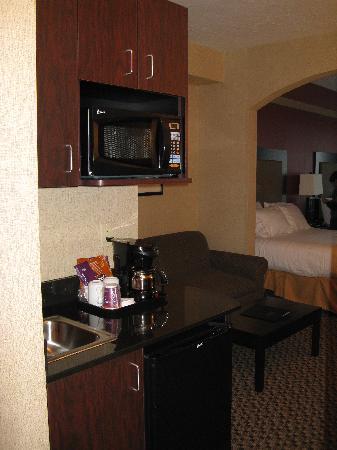 Holiday Inn Express Hotel & Suites Eugene: kitchenette