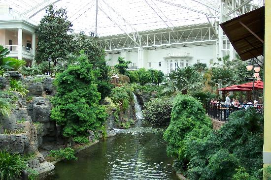 Wyndham Nashville: water fall near restaurant in Gaylord Opryland Hotel atrium