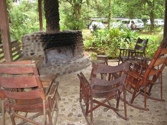 La Carolina Lodge : Chairs around the fireplace waiting for evening
