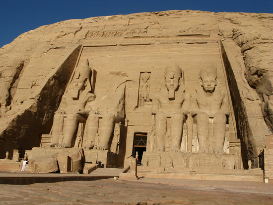 Αμπού Σίμπελ, Αίγυπτος: Ramses II Temple at Abu Simbel - The person on the left gives an idea of the size