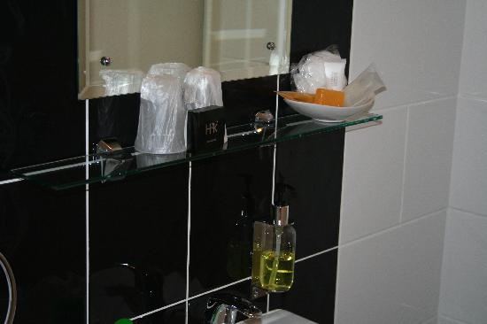The Crown Hotel: Little space for toiletries in bathroom