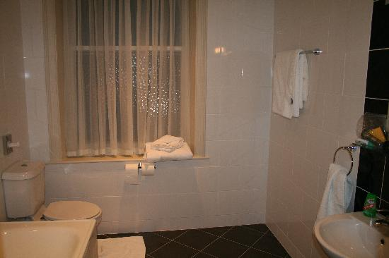 The Crown Hotel: Bathroom of suite 362