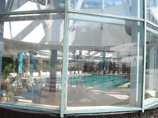 Hotel Rila Borovets: Pool and Jacuzzis from outside