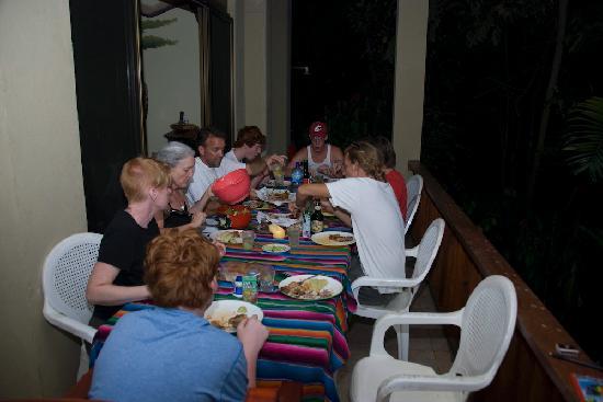 Hotel Mariposario Montezuma Gardens: 3 families at dinner on the balcony