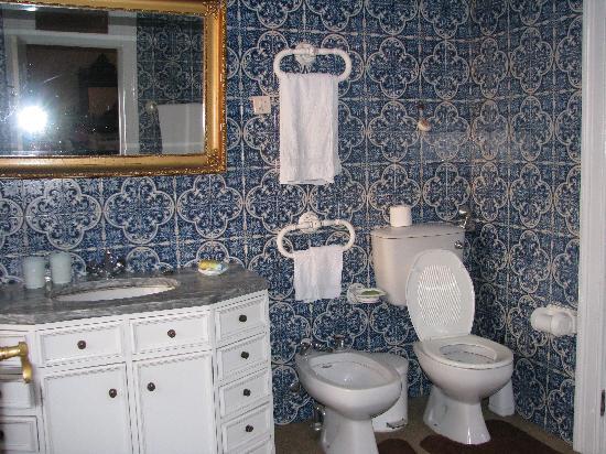 Casa dos Lagos: The bathroom