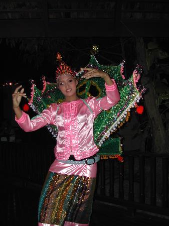 Lana Thai Villa: Thai dancer at evening buffet at the cooking school