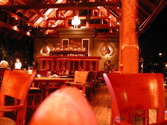 Lana Thai Villa: Restaurant near pool at night