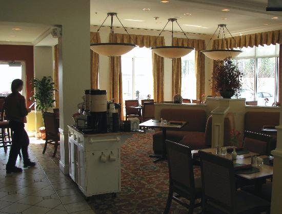 Hilton Garden Inn Akron-Canton Airport : The seating area for breakfast