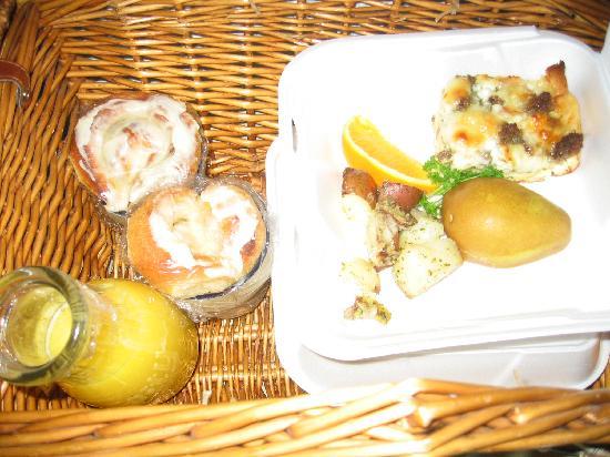 Martha's Vineyard Bed & Breakfast: Delicious, Hot breakfast