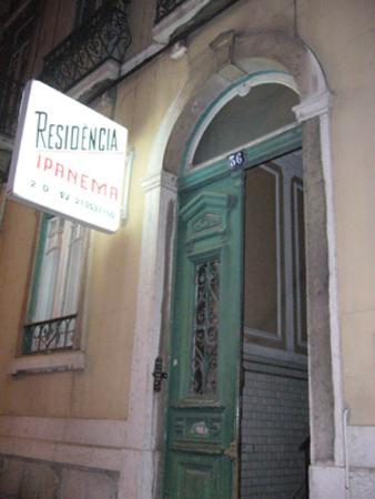 Lisbon Private Rooms : Entrada al hostal: da miedo