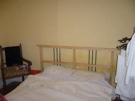 Lisbon Private Rooms : Nuestra habitacion: ni mesa ni baldas