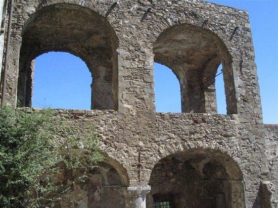 Castello Malaspina di Fosdinovo: Cortile d'ingresso