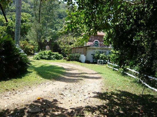 River Lodge : driveway