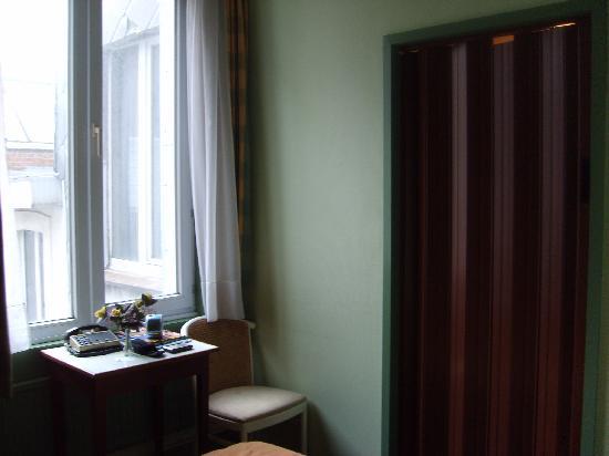 Hotel Thevenet : Autre vue de la chambre