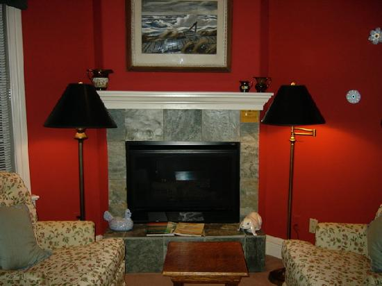 Inn at Occidental: My sister's sitting area and fireplace