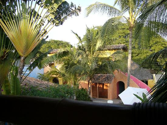 La Cruz Inn: The courtyard from the upper balcony