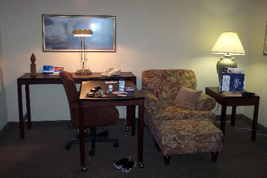 Holiday Inn Express Austin Airport: Desk & sitting area