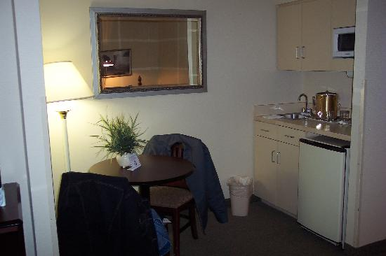 Holiday Inn Express Austin Airport: Kitchenette & table