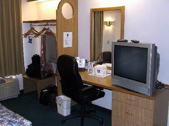 Econo Lodge Inn & Suites: Desk Area